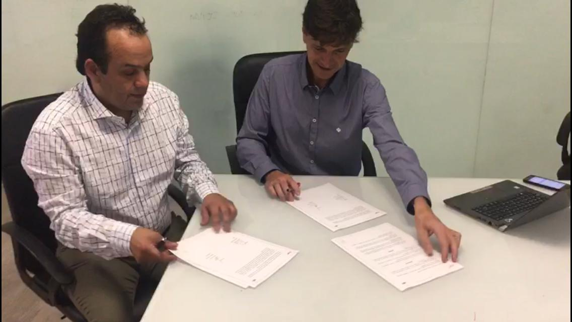 Firma contrato sede de Cookie Box en Chile