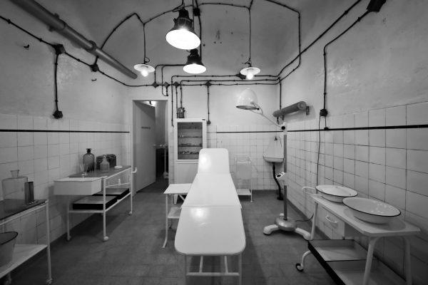 Vecchio ambulatorio militare abbandonato in un tunnel segreto sotto terra durante la Seconda Guerra Mondiale